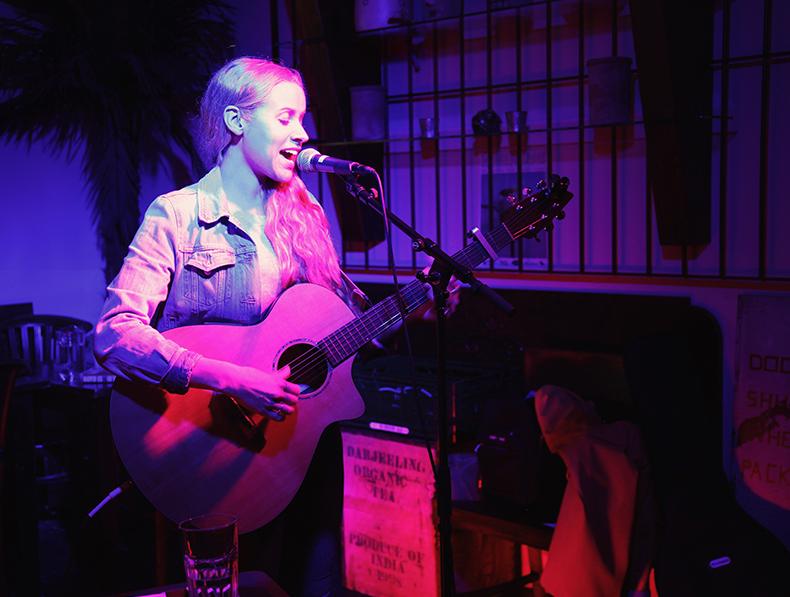 Anna Pancaldi x Kolibri Sylt. Live Music Concerts und die offene Bühne im Kolibri am Flughafen.